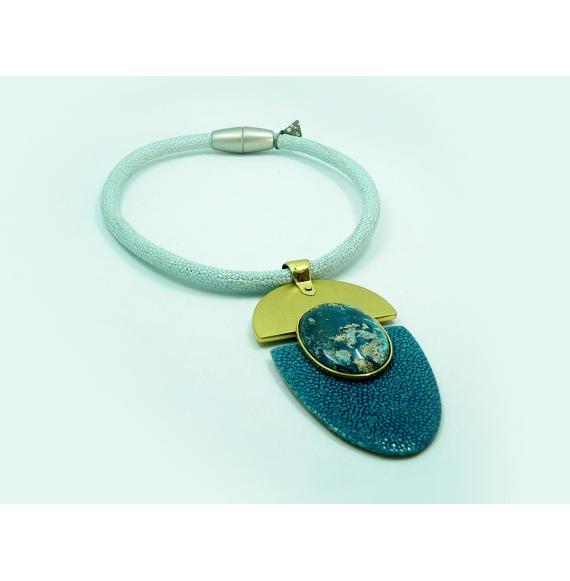 collier pendentif galuchat et pierre