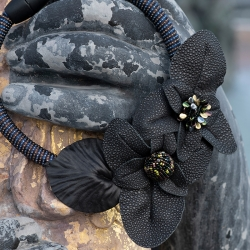 Collier fleur noir